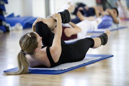 Aerobic - Frau während einem Aerobic-Kurs