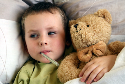 Krankheiten - Kind mit Fiebertermometer